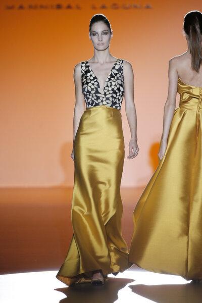 Vestido con escote en v pronunciado y falda amarillo indio brillante.