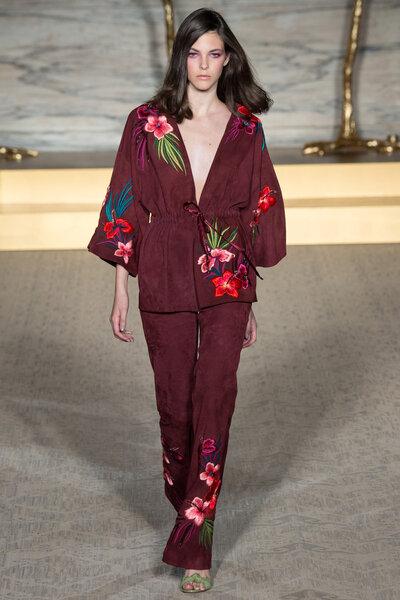 Giacca-kimono e pantaloni a campana, per il completo in suède bordeaux ricamato a mano con motivi floreali.