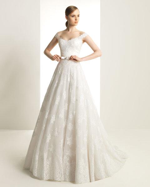 Vestido de novia blanco con escote barco y detalle de moño al frente