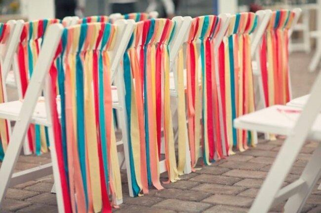 Muita cor para a cerimônia com fitas coloridas. Foto: Our Labor of Love.