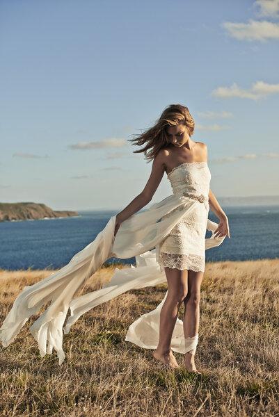 Vestido marfil corto con telas vaporosas.