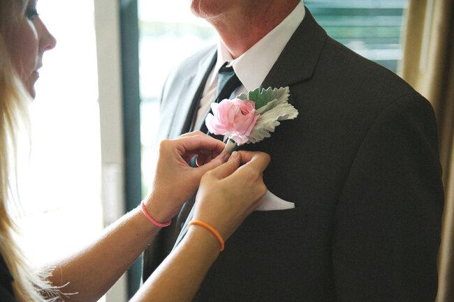 Róża w butonierce Pana Młodego, Foto: Shea Christine Photography