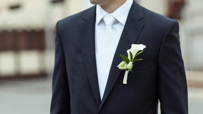 Semplice con fiore bianco abbinato a cravatta e camicia