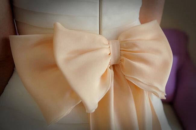 Anche il più tradizionale degli abiti bianchi può diventare originalissimo con un fiocco in vita. Foto via Gglobalevent