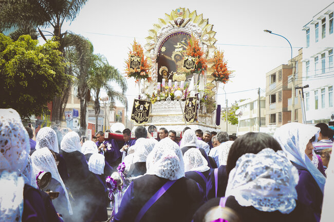 La hermandad del Señor de los Milagros se conforma de 20 cuadrillas, entre ellos hermanos honorarios, sahumadoras y cantoras. Cada cuadrilla comprende un máximo de 200 fieles.