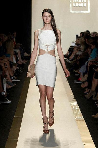 Vestido corto y ceñido en color blanco con fajín de piel
