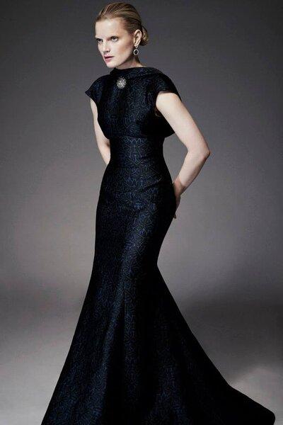 Vestido de fiesta con silueta ceñida y textil brocado con elegante prendedor vintage como ornamento - Foto Zac Posen