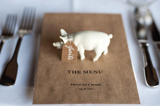 Hochzeits-Dekoration: Kleines Schwein als Platzhalter