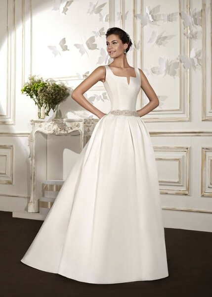 Vestido de novia de tipo princesa y escote con abertura