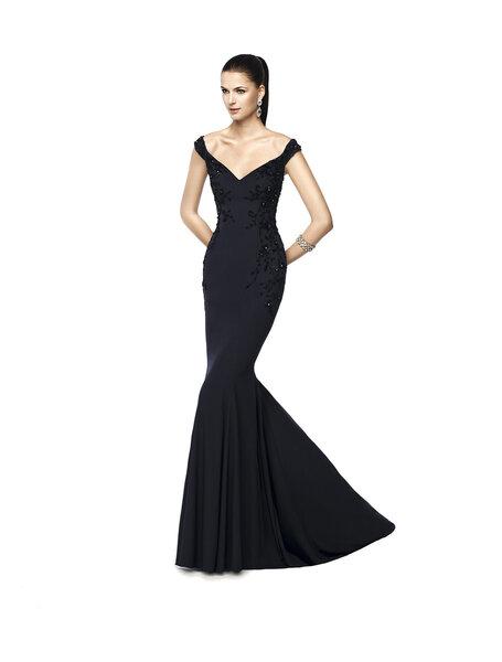 Vestido NELVA en negro con escote en v y corte sirena.