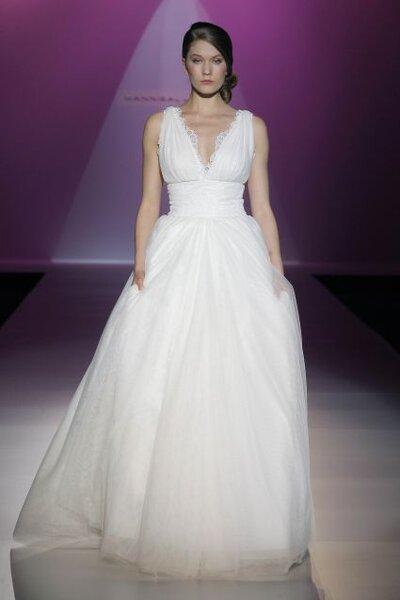 Vestido de novia 2014 de Hannibal Laguna con tirantes gruesos, escote profundo en V y falda amplia con volumen de tul