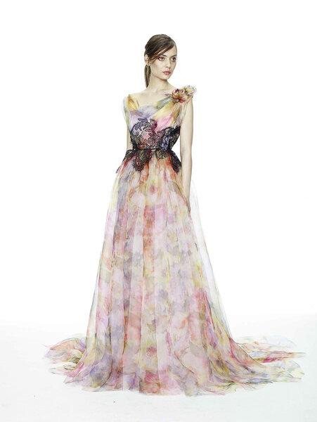 Vestido de fiesta largo con estampados florales, escote geométrico y detalles de encaje color negro en la cintura - Foto Marchesa