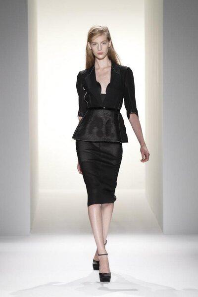Conjunto de falda lápiz y saco estructurado en color negro con detalle en la cintura