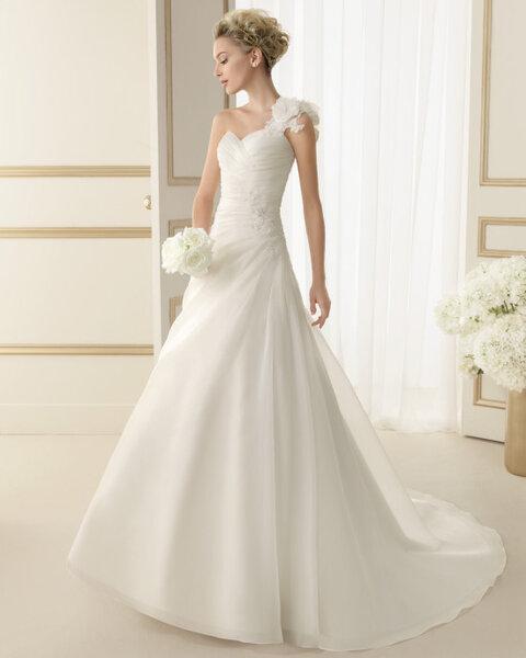 Suknia ślubna z kolekcji Luna Novias 2014. Model: EBANO