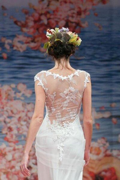 Vestido de novia con escote en la espada con bordados y trasnparencias románticas