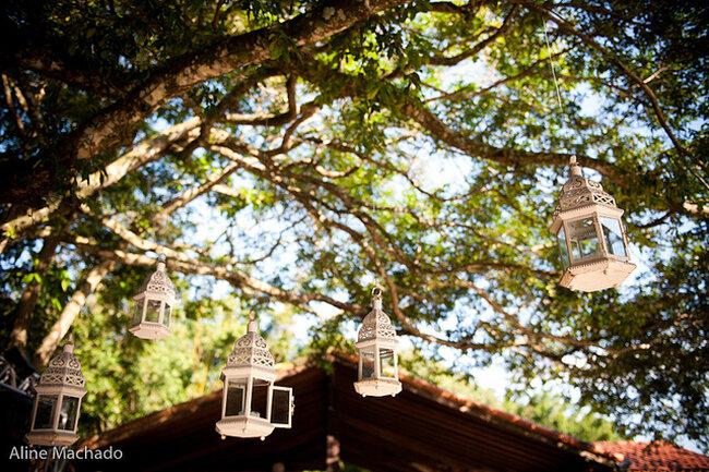 Farolillos que cuelgan de los árboles. Foto: Aline Machado