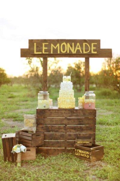Puesto de limonada para deleitar a tus invitados de boda