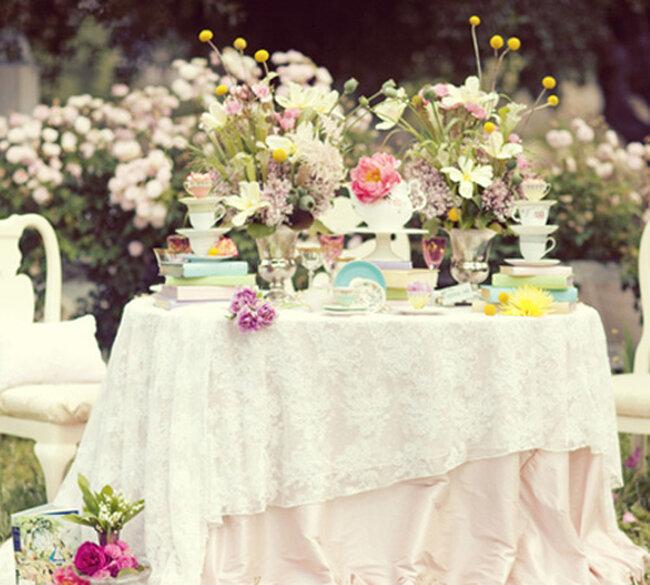 Decoración de mesa de boda con inspiración en Alicia en el país de las maravillas