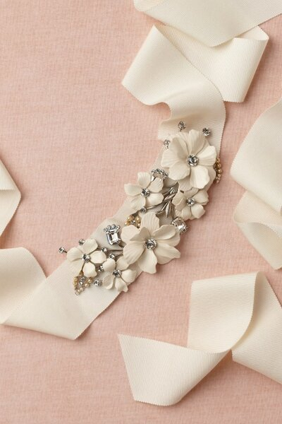 Cintura in Swarovski e perle, de BHLDN.