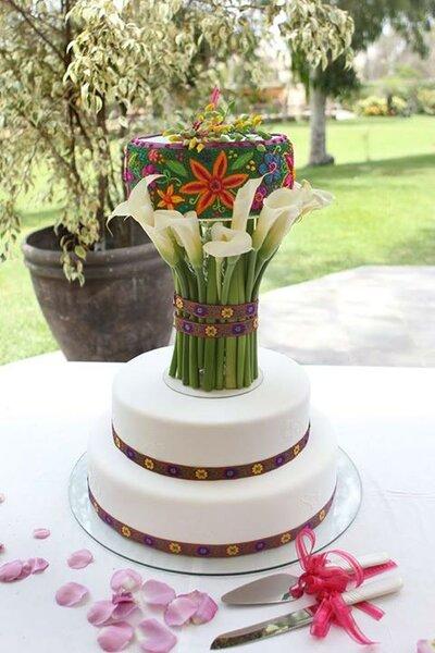 Boda temática con detalles étnicos, los cuales se han llevado al acabado de la torta nupcial.