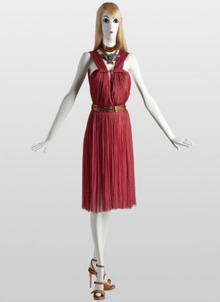 Vestido corto en rojo con cinturón dorado. Foto: www.lanvin.com