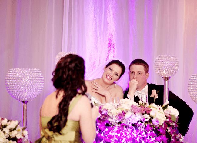 Decoración con luces y flores para una boda morado y rosa