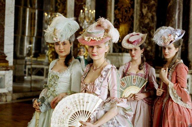 Una de las fuentes de inspiración para bodas en rosa es el filme 'María Antonieta' de Sofía Coppola: pocas reinas dieron tanto que hablar como la más coqueta de las monarcas de Francia. Foto: Columbia Pictures