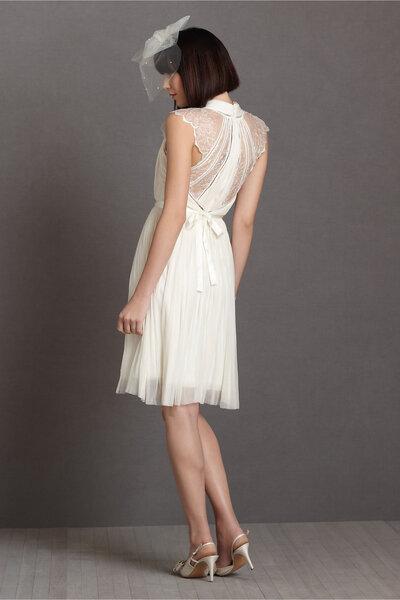 Vestido corto con decorado de tul en la espalda.