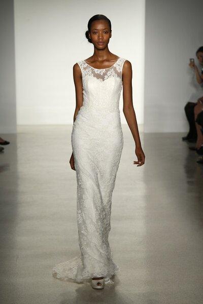 Vestido de novia simple sin mangas, con cauda barrida y bordados de encaje - Foto Christos