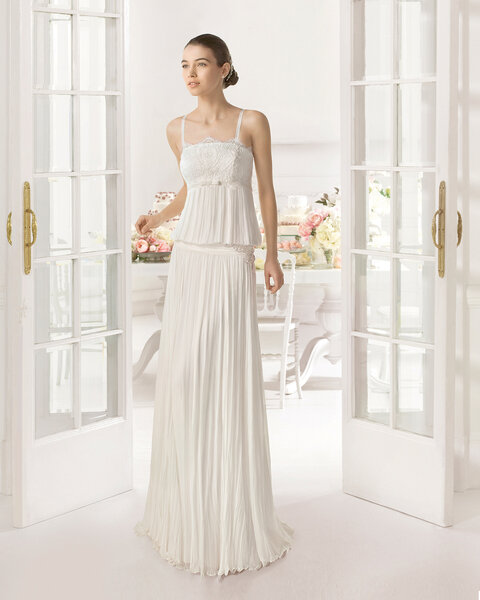Vestido de noiva Aire Barcelona 2015 com corte na altura do quadril e corpo solto.