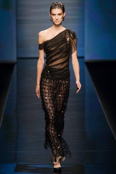 Vestido de fiesta largo en color negro con transparencias, brocados y escote asimétrico