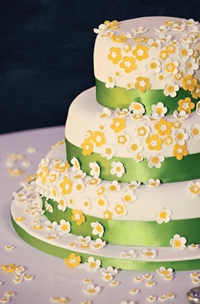 Sommerliche Hochzeitstorte mit gelben Blumen. Foto: Dottie Photography
