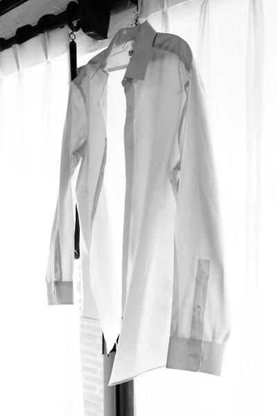 1. Una toma a detalle de la camisa de Juan José, perfecta para una boda de día