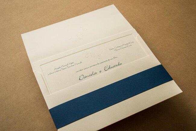 Convite estilo envelope branco com faixa azul royal.