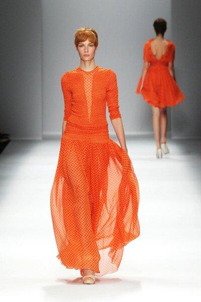 Vestido de fiesta largo en color naranja brillante con falda vaporosa y mangas largas