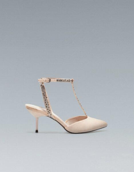 Sandalias nude de tacón medio con detalles en las correas