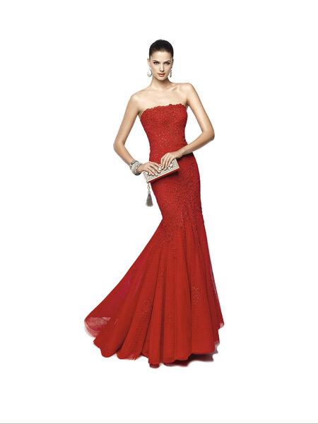 Vestido NIOKO en rojo con palabra de honor y falda evasé de vuelo.