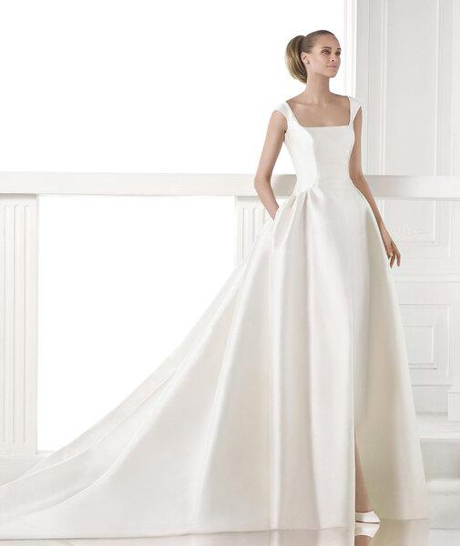 Viereckiger Ausschnitt bei einem traumhaften Understatement-Brautkleid