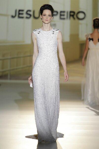 Hochzeitskleid mit gestickten Kristallen und Strass-Detail auf Schultern, Jesus Peiro.