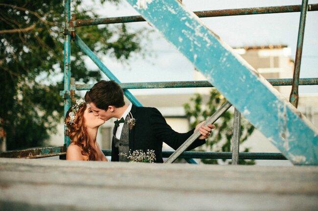 Beijo romântico em qualquer lugar. Foto: Julian Beattie