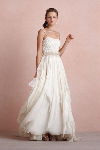 Vestido de novia 2014 en color blanco con escote strapless, falda con capas de textil y cinturón de pedrería
