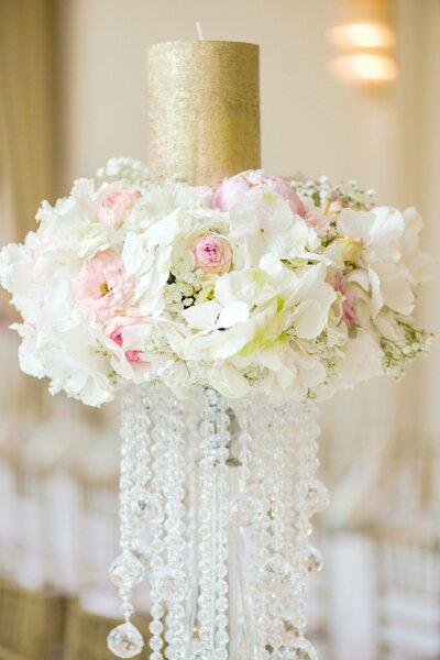 Uma vela adornada com flores.