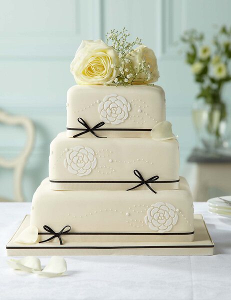 High street wedding cakes that wo not take you over budget