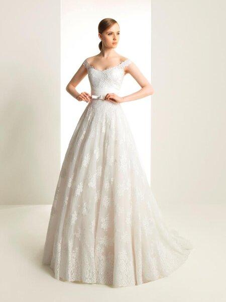 Vestido de novia con escote extendido y bordados con forma de flor