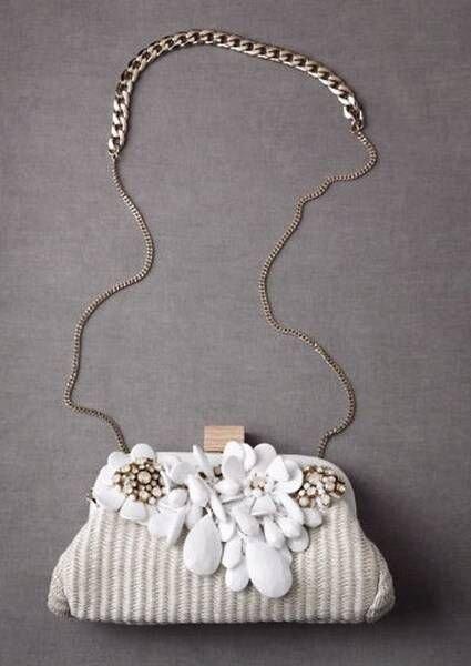Bolso de mano para novia en color blanco con cadena y flores bordadas en relieve