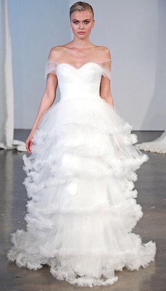 Anastasia - scollo a cuore e mille strati di tulle e candide ruches - via www.thedress.it