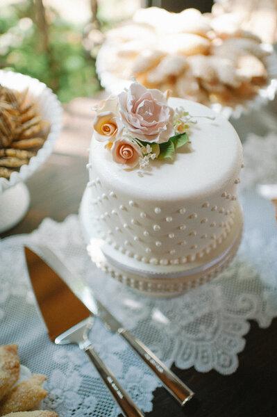 Eine große Rose als Blickfang auf der Hochzeitstorte