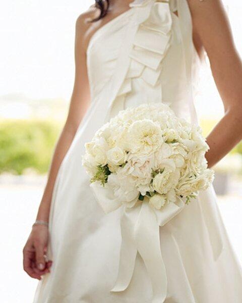 Tradicional ramo de novia blanco de moda en 2013