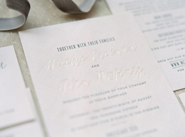 Convite de casamento em tom de branco.