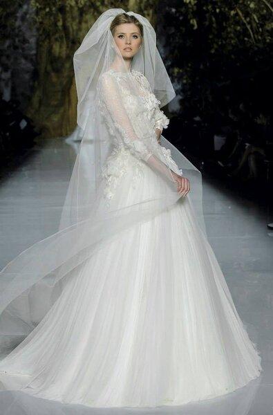 Vestido de novia 2014 en colo blanco con falda amplia confeccionada en tul de seda, mangas tres cuartos, cuello ilusión y bordados de flores en reliev - Pronovias